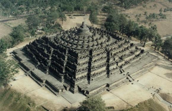 Candi Borobudur merupakan salah satu candi Budha terbesar di dunia