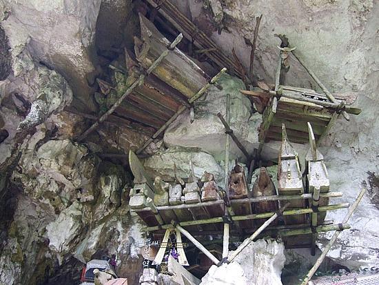 kuburan batu yang dibuat di bagian atas tebing di ketinggian bukit batu.
