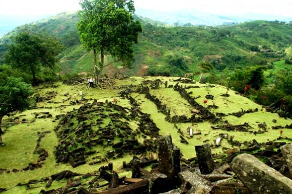 Bangunan di lapisan atas Gunung Padang