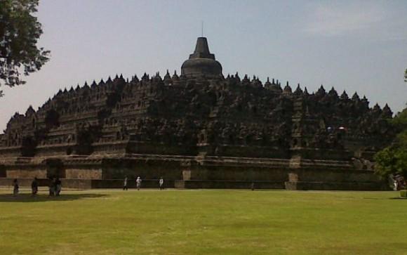 Bangunan Borobudur berbentuk punden berundak