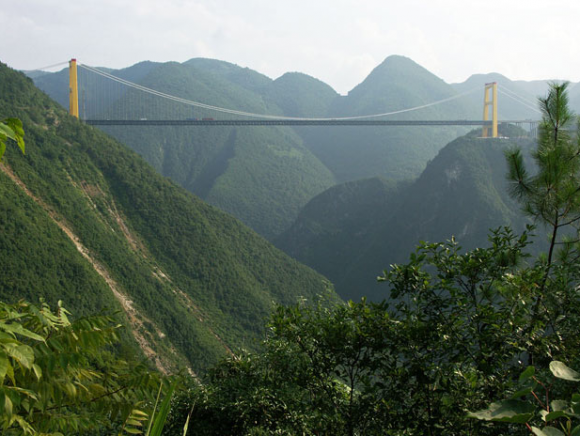 pemandangan indah dari gunung Sierra Madre di kiri kanan jembatan
