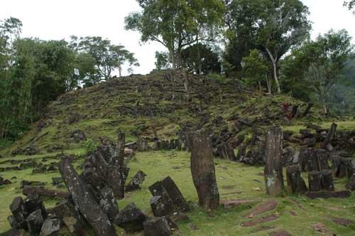 pintu masuk ke Situs Megalit Gunung Padang