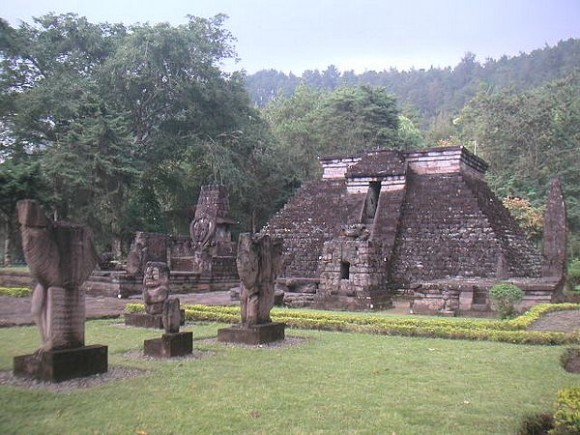 Bentuk Candi Ceto ini memiliki kemiripan dengan bangunan peninggalan suku Maya