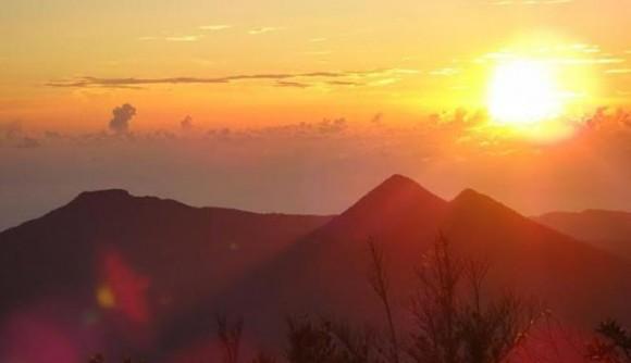"Gunung Dua Saudara di Sulawesi Utara (1°29'11.7326""N 125°10'3.9047""E)"