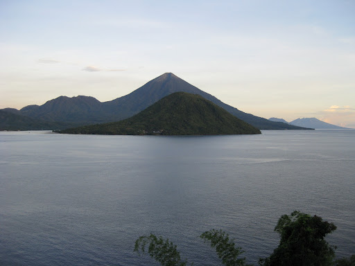 "Gunung Kiematubu di Tidore (0°39'45.0443""N 127°24'8.7808""E)"