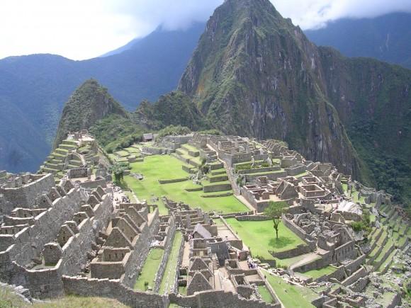 Machu Pichu terletak pada pegunungan setinggi 2.350 meter di atas permukaan laut.