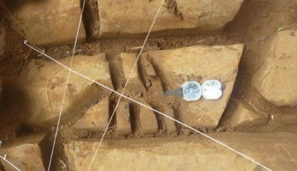 Gambar 3. Fragmen batu kolom yang pecah berkeping-keping