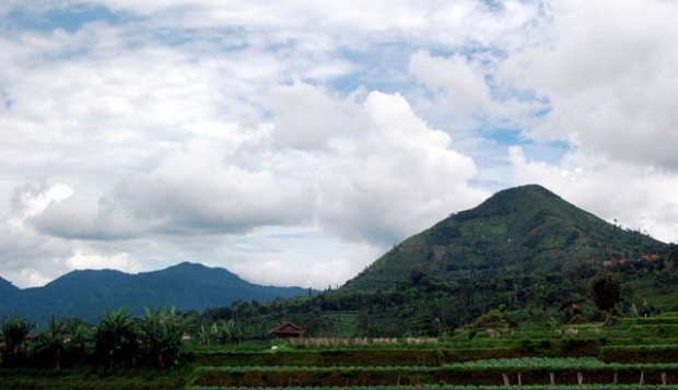 Kontroversi Gunung Piramida Sadahurip