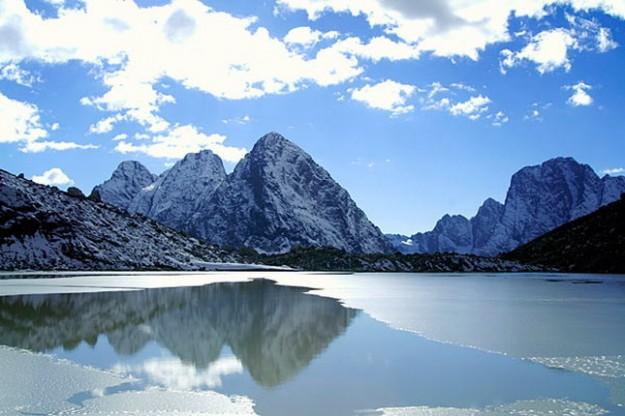 Danau Karachay di pegunungan Ural selatan, Rusia Barat