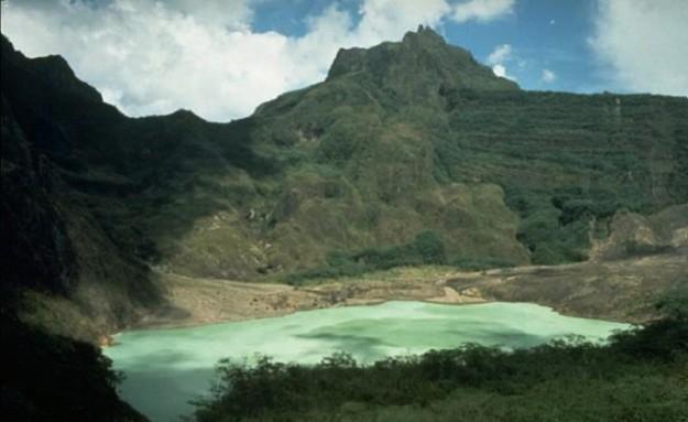 Danau yang indah di lereng Gunung Kelud tahun 1980.