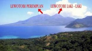 Gunung Lewotobi yang kembar di timur Pulau Flores