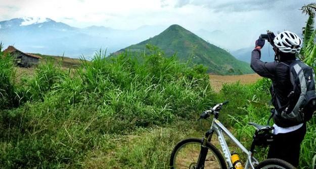 Gunung Sadahurip di Garut Jawa Barat dilihat dari jauh