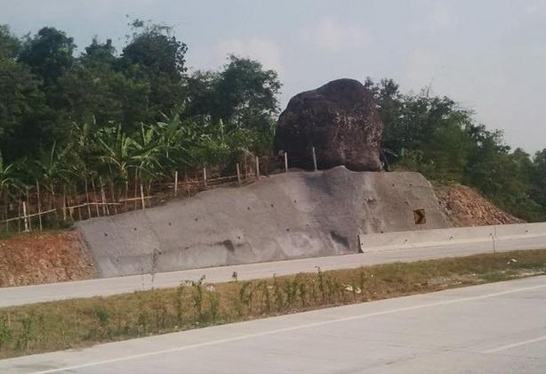 """""""Batu Bleneng"""" di Tepi Jalan Tol Cipali"""